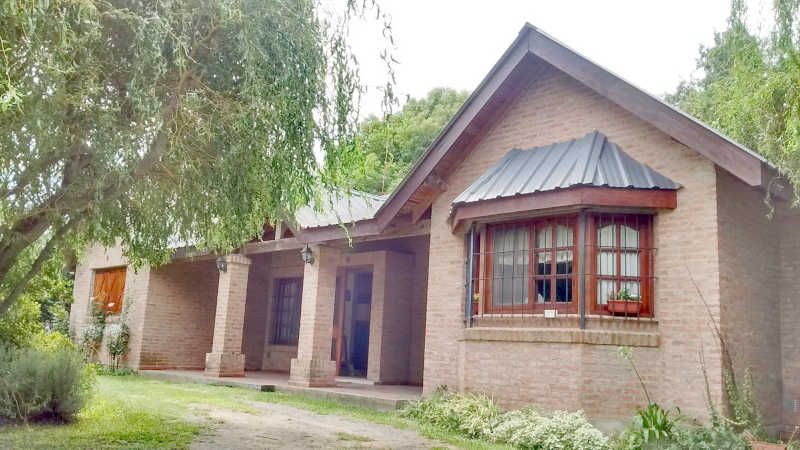 Casa en barrio el cazador zona norte for Fachadas de casas estilo campo